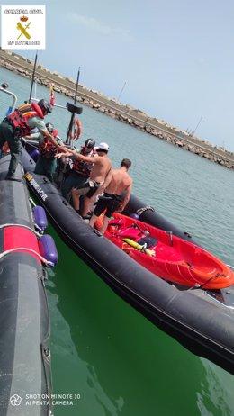 Traslado a tierra los tripulantes del kayak rescatado