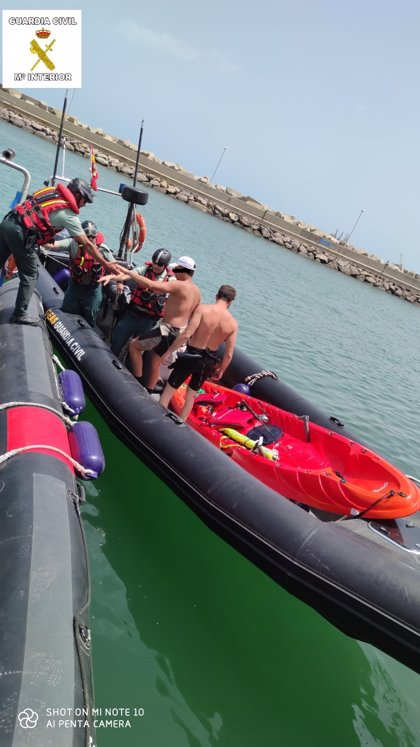Auxilian en el mar cerca de Melilla a los tripulantes de una embarcación deportiva