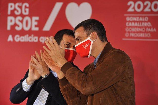 El presidente del Gobierno y secretario general del PSOE, Pedro Sánchez (i), durante un mitin junto al candidato a la presidencia de la Xunta por el PSdeG-PSOE, Gonzalo Caballero (d), en Xardín do Posío, Ourense