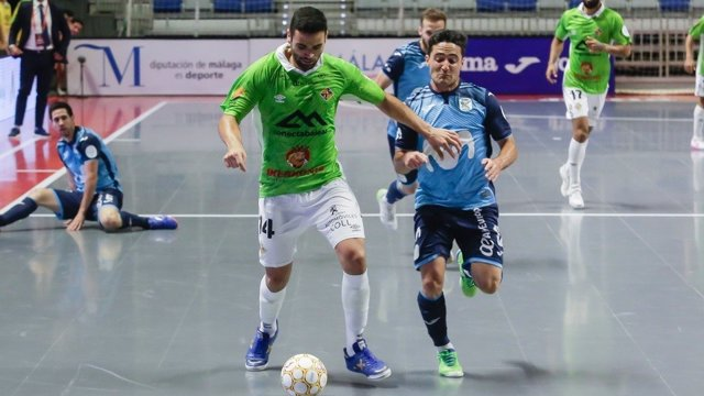 Tomaz, de Palma Futsal, conduce el balón ante Borja, de Movistar Inter, durante las Semifinales del Play Off por el título