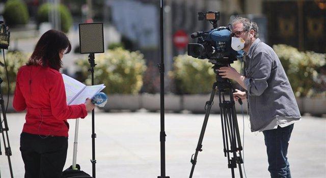 Un cámara graba a una periodista para informar en plena calle durante la jornada 53 del estado de alarma por la crisis del Covid-19,