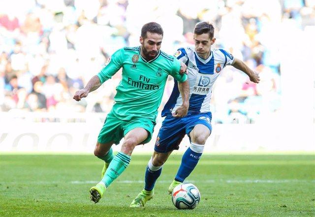 Dani Carvajal pelea ante Bernardo Espinosa en el Real Madrid-Espanyol de la primera vuelta