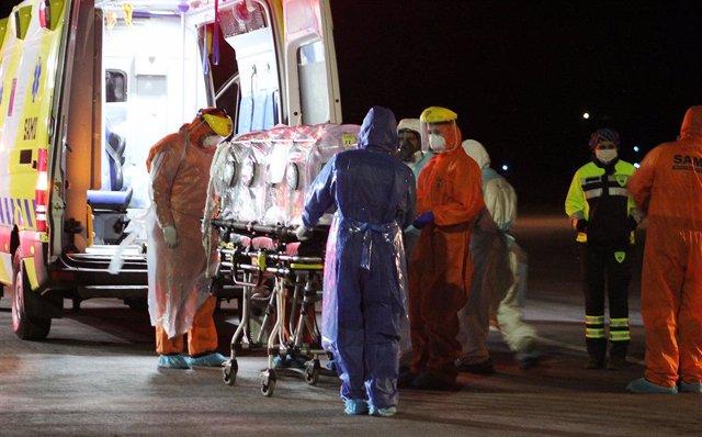 Traslado de un pacietne de coronavirus en ambulancia en Valparaíso, Chile
