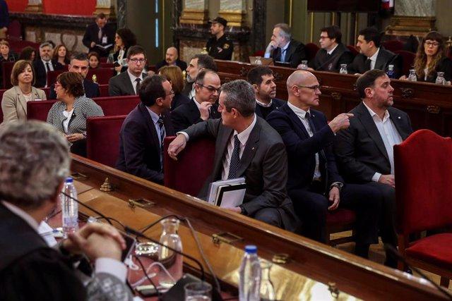"""Els dotze líders independentistes acusats pel procés sobiranista català que va derivar en la celebració del 1-O i la declaració unilateral d'independència de Catalunya (DUI), en la banqueta del Tribunal Suprem a l'inici del judici del """"procés"""". En la imat"""
