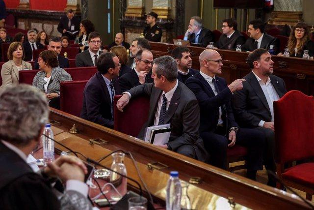 """Els dotze líders independentistes acusats pel procés sobiranista català que va derivar en la celebració de el 1-O i la declaració unilateral d'independència de Catalunya (DUI), en la banqueta del Tribunal Suprem a l'inici del judici del """"procés"""". En la im"""