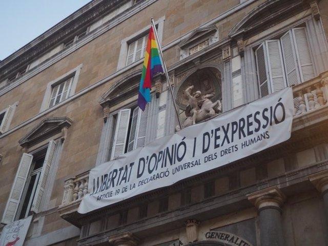 El Palau de la Generalitat de Catalunya cuelga la bandera del Día del Orgullo LGTBI 2020 en Barcelona