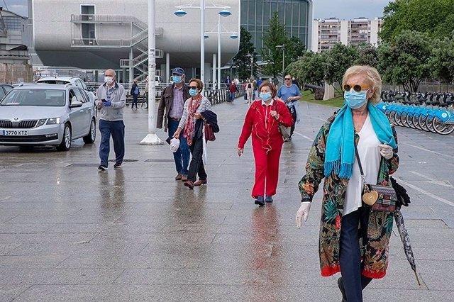 Gente paseando por Santander con mascarilla