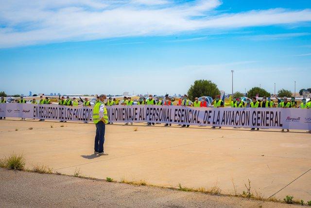 Concentración aeronáutica en el Aeropuerto de Valencia en memoria de las víctimas de la pandemia