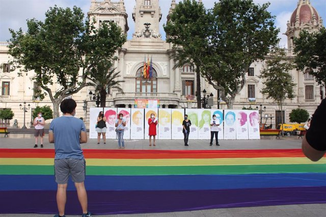 Acto de Lambda en la plaza de Ayuntamiento de València con  motivo del Orgullo 2020