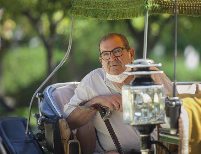 Manuel, un usuario del hogar Hospital de la Caridad durante el paseo ofrecido gratuitamente por cocheros de caballos de Sevilla a ancianos residentes en el hogar. En Sevilla, (Andalucía, España), a 25 de junio de 2020.