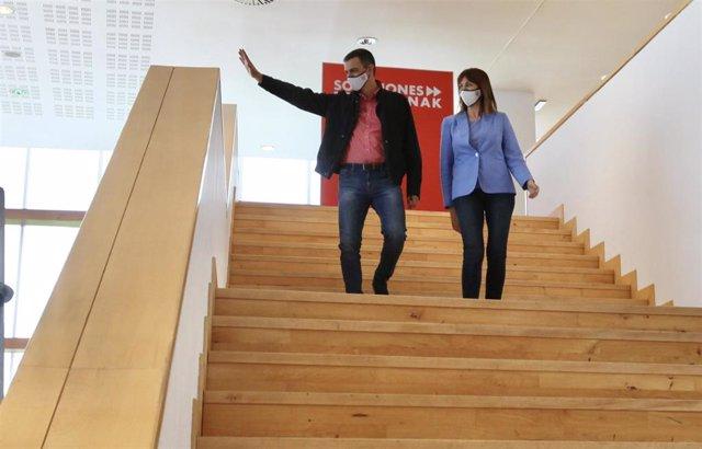 El presidente del Gobierno, Pedro Sánchez, y la candidata socialista a lehendakari de los comicios vascos del 12 de julio, Idoia Mendia, a su llegada a un acto electoral en San Sebastián.