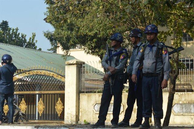 """Birmania.- Miles de personas huyen de una operación militar """"de aclarado"""" en el"""