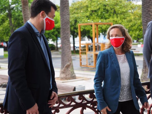 El candidato del PSdeG a la Presidencia de la Xunta, Gonzalo Caballero, y la ministra de Economía, Nadia Calviño, en A Coruña este domingo