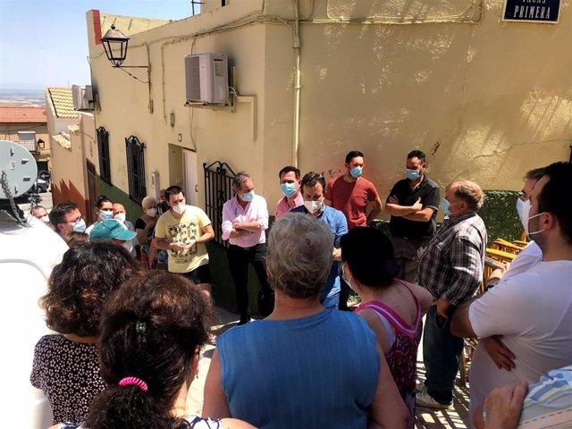 Visita de Julio Millán a los vecinos de la calle Cruz de la Magdalena