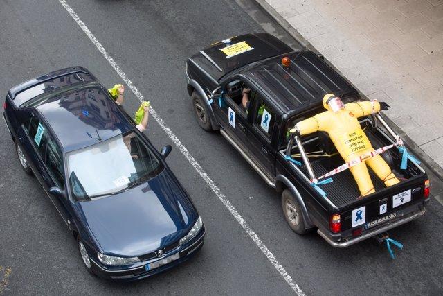 Vehículos de trabajadores de Alcoa llegan a Lugo durante una marcha de coches en caravana convocada por el comité de Alcoa San Cibrao que ha partido desde diferentes puntos de la comarca de A Mariña hasta Lugo,