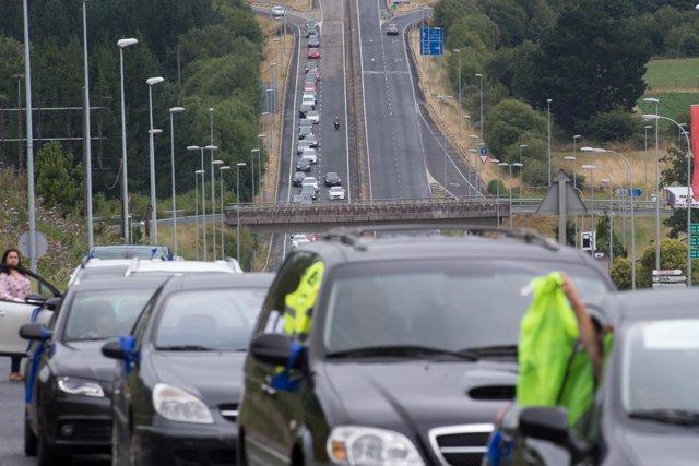 Trabajadores de Alcoa agitan chalecos amarillos desde las ventanas de sus coches durante una marcha de coches en caravana convocada por el comité de Alcoa San Cibrao que ha partido desde diferentes puntos de la comarca de A Mariña hasta Lugo.