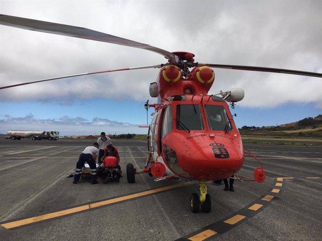 Llegada del helicóptero de rescate del GES al Aeropuerto Tenerife Norte, donde el personal sanitario del SUC asistió a la afectada