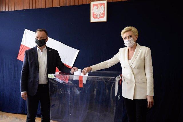 El presidente de Polonia, Andrzej Duda, votando en la primera vuelta de las elecciones presidenciales