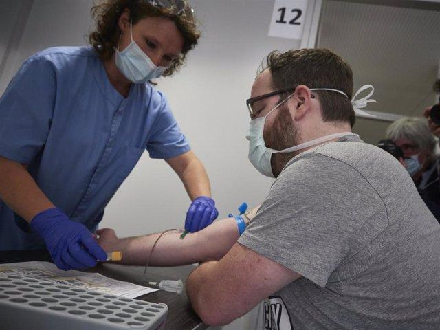 Una trabajadora sanitaria realiza una extracción de muestras.