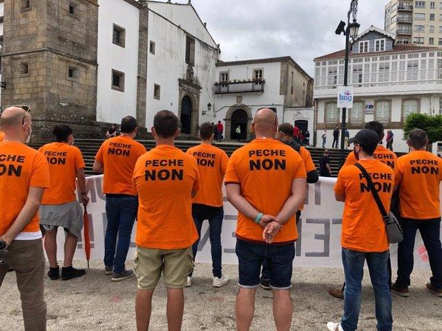 Trabajadores de Alu Ibérica se concentran ante el recinto en el que la ministra Nadia Calviño ofrece un mitin en Betanzos