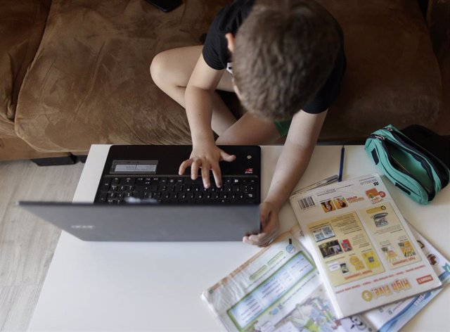 Un alumno de primaria hace los deberes en casa el curso escolar 2019-2020 por la pandemia del Covid-19 en una imagen de archivo.