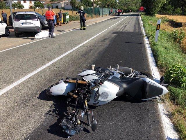 Un fallecido al salirse de la vía y chocar contra un vehículo estacionado en Aós