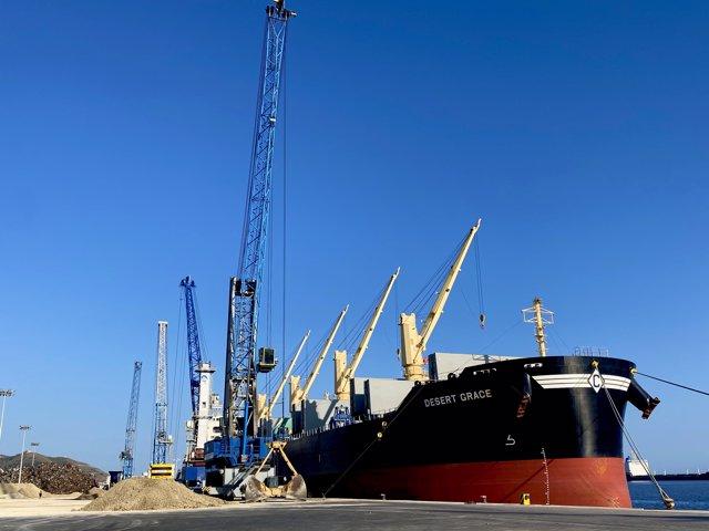 Foto del buque que ha cargado el mineral de yeso en plena operativa