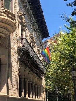 La Diputación de Barcelona saca al balcón la bandera LGTBI por el Orgullo 2020, en su sede en el edificio Can Serra.