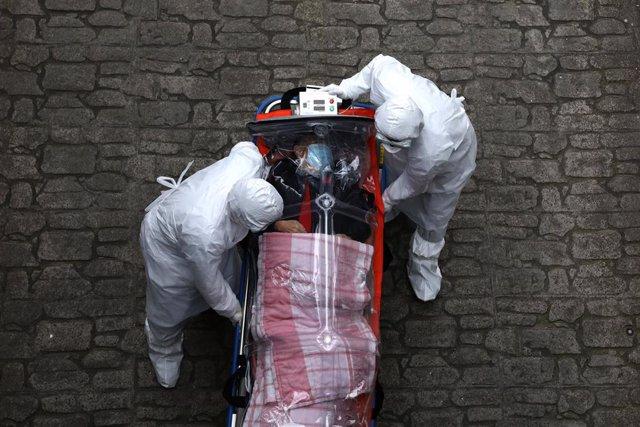 Traslado de una víctima mortal del coronavirus en Seúl, Cora del Sur