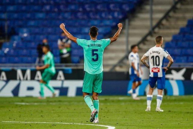 Varane celebra el gol de Casemiro en el Espanyol-Real Madrid