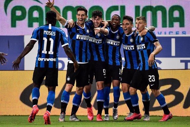 Fútbol/Calcio.- (Crónica) El Inter escapa con tres puntos de Parma y el Milan ve