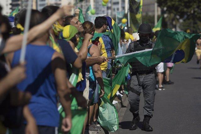 Brasil.- Simpatizantes de Bolsonaro se manifiestan frente a la sede del Ejército