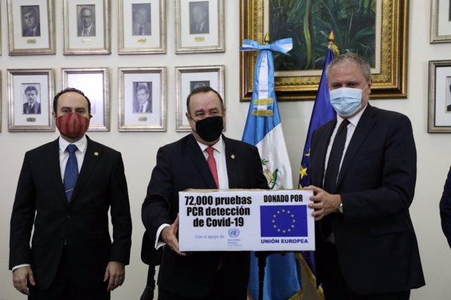 Alejandro Giammatei recibe pruebas diagnósticas del coronavirus donadas por la UE