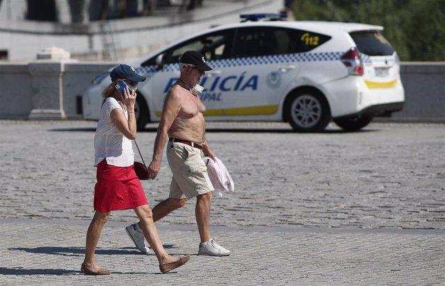 Una pareja caminando en Madrid el pasado miércoles 23 de junio, jornada en que se alcanzaron los 37ºC en la capital