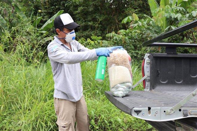 Personas apoyadas por el FEPP y Manos Unidas con la entrega de kits de alimentos (arroz, azúcar, aceite, legumbres y otros) en la provincia de Azuay (Ecuador) en el marco de la pandemia de coronavirus