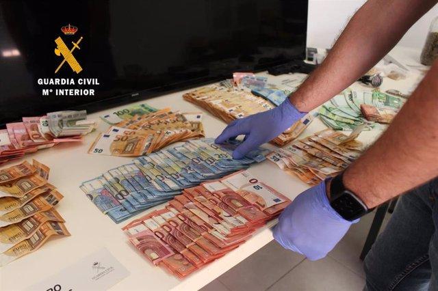 Dinero y material intervenidos por la Guardia Civil dentro de la Operación ZETA