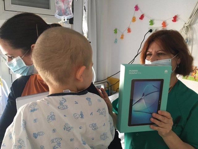 Un niño ingresado recibe una tablet