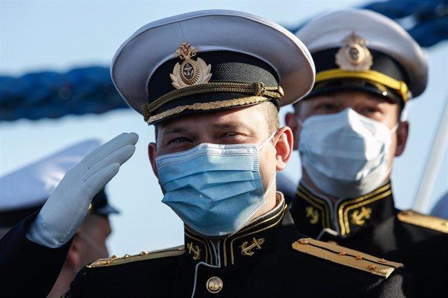 Militares de la Marina rusa en un buque en San Petersburgo durante el desfile del Día de la Victoria