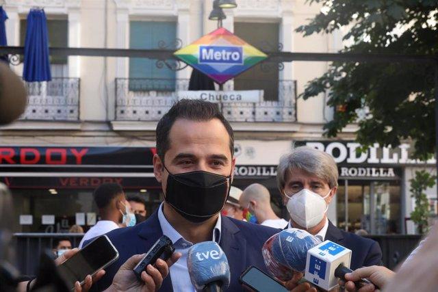 El vicepresidente de la Comunidad de Madrid, Ignacio Aguado, ofrece declaraciones a  los medios de comunicación durante la presentación del cambio de imagen del acceso a la estación de Metro de Chueca con motivo de la celebración del Orgullo LGTBI+ 2020.