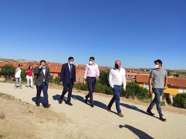 El alcalde de Salamanca, segundo por la izquierda, en su visita al parque de Chamberí.