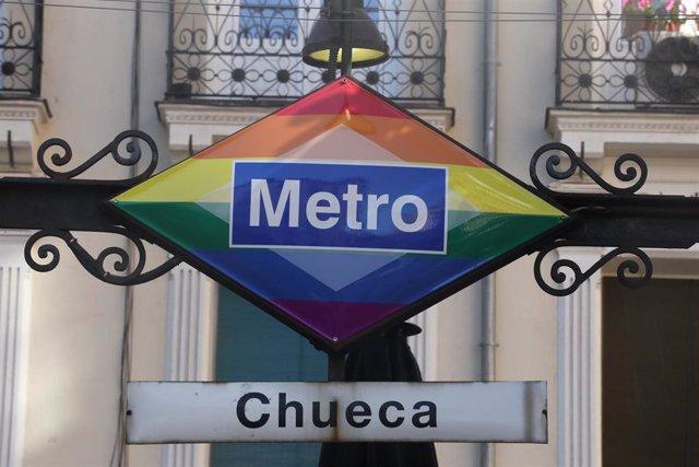 Metro de Chueca tras su cambio de imagen con motivo de la celebración del Orgullo LGTBI+ 2020, en la Plaza de Chueca, Madrid (España), a 29 de junio de 2020.