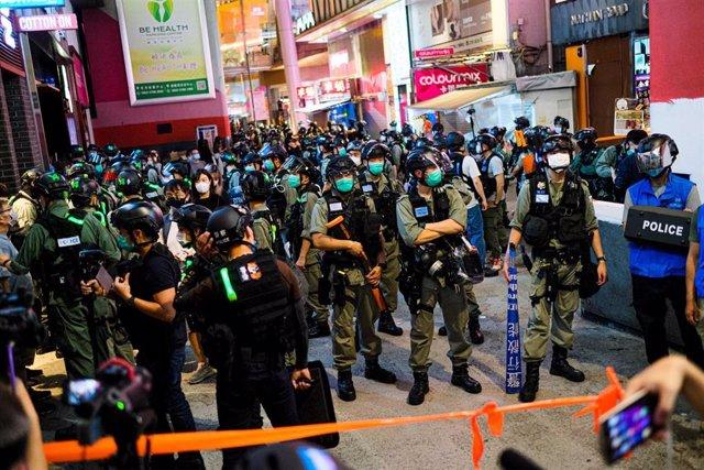 Despliegue de policías antidisturbios en Hong Kong