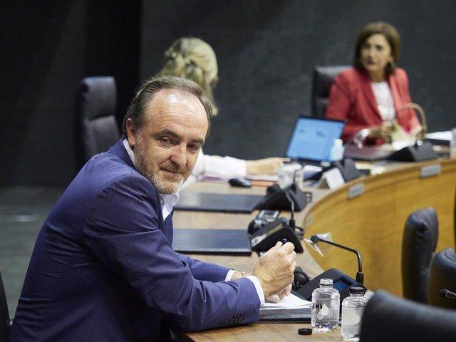 El presidente de UPN y portavoz de Navarra Suma, Javier Esparza, en la Mesa y Junta de Portavoces del Parlamento de Navarra celebrada este lunes, 29 de junio de 2020.
