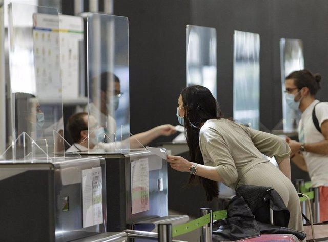Pasajeros en la Terminal T4 del Aeropuerto Adolfo Suárez Madrid-Barajas, que junto con el Josep Tarradellas Barcelona-El Prat, Palma de Mallorca y Gran Canaria participan en la prueba piloto de la Agencia Europea de Seguridad Aérea (EASA)