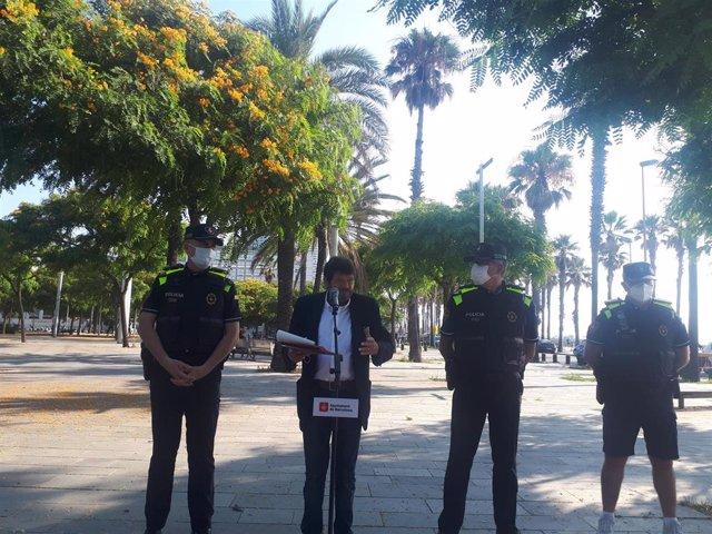 El jefe de la Guardia Urbana, Pedro Velázquez; el teniente de alcalde de Seguridad de Barcelona, Albert Batlle; y el intendente mayor del cuerpo, Ricardo Salas durante una rueda de prensa antes de visitar el Grup de Platges de la Barceloneta.