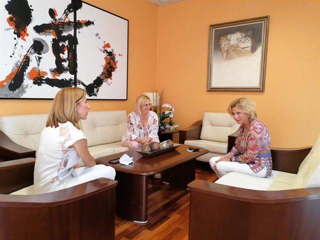 La delegada de Empleo en una reunión en Fuengirola junto a la alcaldesa