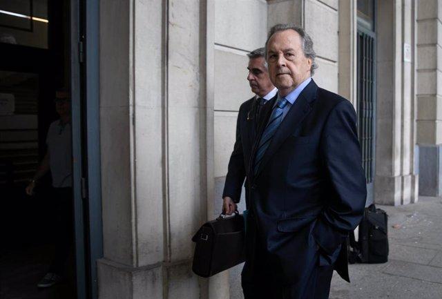 Una imagen de archivo del expresidente de InvercariaTomás Pérez-Sauquillo, entrando en la Audiencia Provincial de Sevilla para declarar en el juicio por la primera pieza separada de la causa.