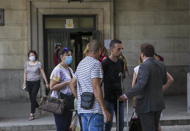 Joaquín Begines (2i), padre de la pequeña asesinada en Dos Hermanas (Sevilla) en 2017 junto a su madre y la pareja de ésta, conversa con su abogado en la Audiencia en una image de archivo tras una sesión del juicio