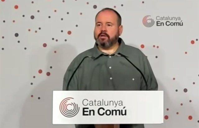 El portaveu dels comuns, Joan Mena, en roda de premsa.