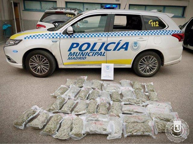 Marihuana requisada por la Policía Municipal de Madrid con la inscripción 'Coronavirus'.